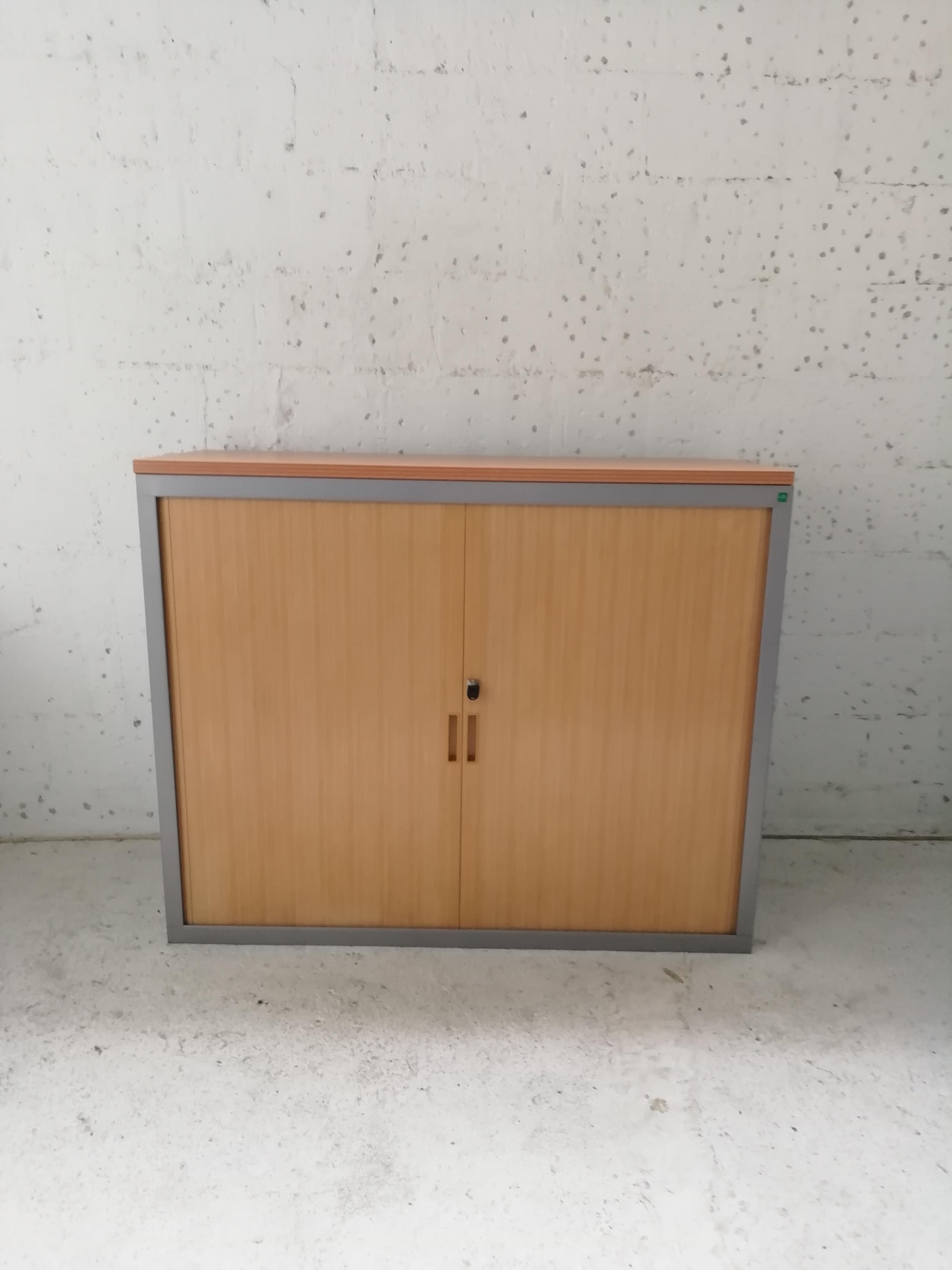 Systeme De Rideau Coulissant armoire basse d'occasion à rideaux gris alu / hêtre