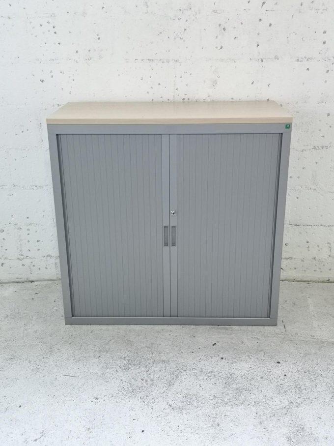 photo armoire basse a rideaux grise et erable